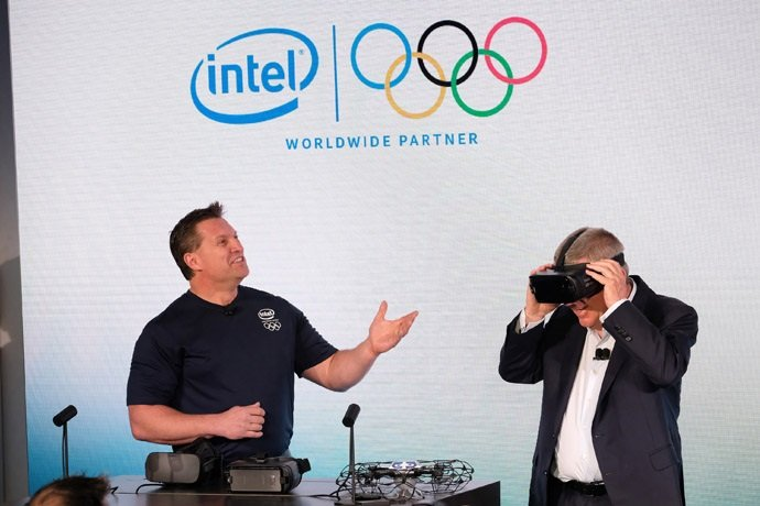 International Olympic Committee president Thomas Bach, right, gets a closer look at the Samsung Gear VR. (Credit: Associated Press)