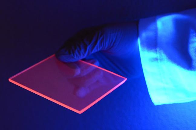 A silicon-based luminescent solar concentrator under black light, spotlighting how the light waves congregate toward the edges. / Photo credit: Patrick O'Leary, University of Minnesota