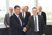 Mirko Düsel, CEO of the Transmission Solutions Business Unit at Siemens Energy Management, and Masaki Shirayama, Managing Executive Officer at Sumitomo Electric, at the signing ceremony in Erlangen, Germany.