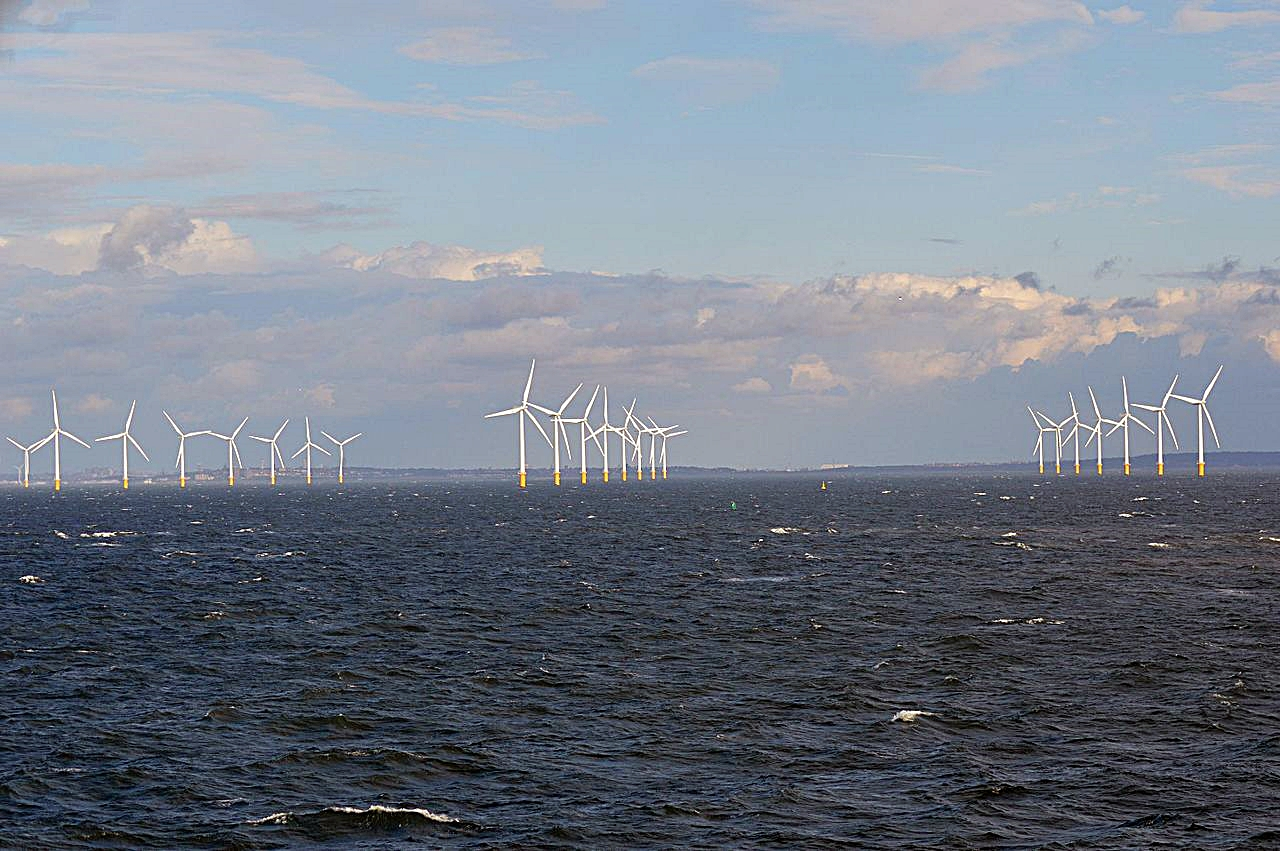 Figure 1: The Burbo Bank Offshore Windfarm with North Wales in the distance. (Source: Ian Mantel / CC BY-SA 4.0)