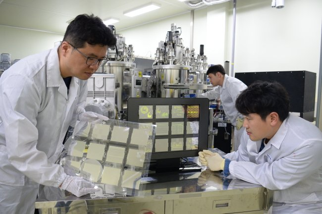 ETRI researchers work on graphene-based transparent electronics for OLED panels. Source: ETRI