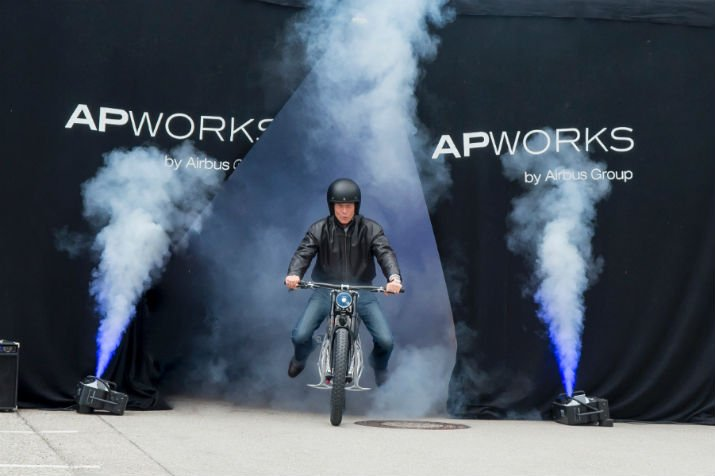 Joachim Zettler (left), CEO of Airbus APWorks GmbH, and Airbus Group CEO Tom Enders present Light Rider. (Image Credit: Airbus APWorks)
