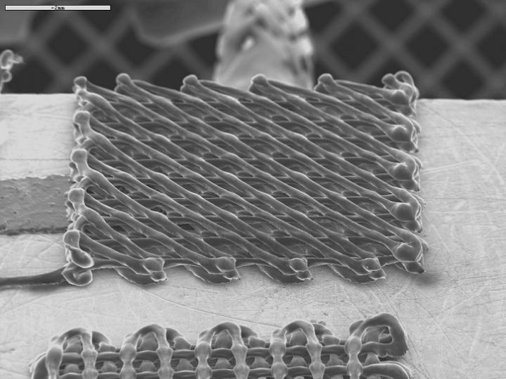 After printing the nanocomposite from the nozzle, a solvent evaporates and the ink solidifies taking the form of filaments that are slightly bigger than a hair. Source: Polytechnique Montréal